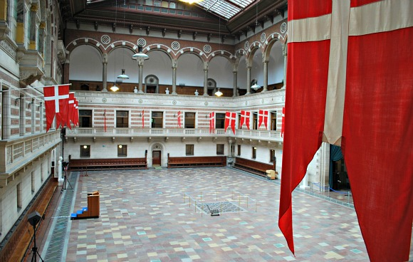 Copenhagen City Hall flags (www.free-city-guides.com)
