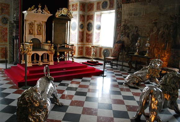 Copenhagen Rosenborg Castle long hall (www.free-city-guides.com)