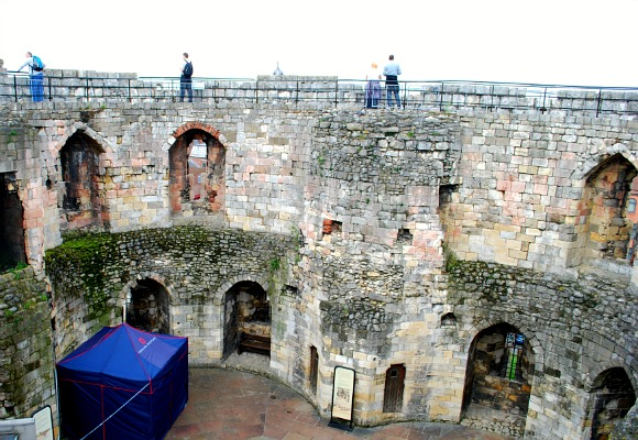 York Cliffords Tower inside (www.free-city-guides.com)