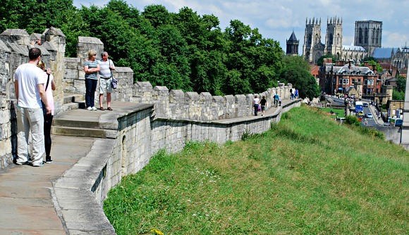 York walls with minster (www.free-city-guides.com)