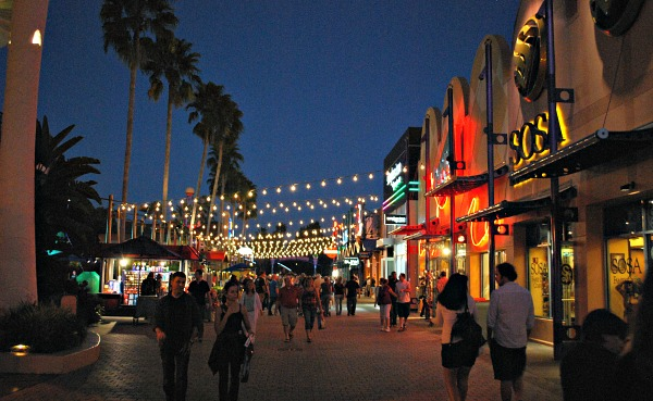 Orlando Downtown Disney walkway (www.free-city-guides.com)