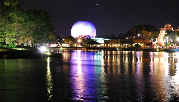 Orlando Epcot Lake (www.free-city-guides.com)