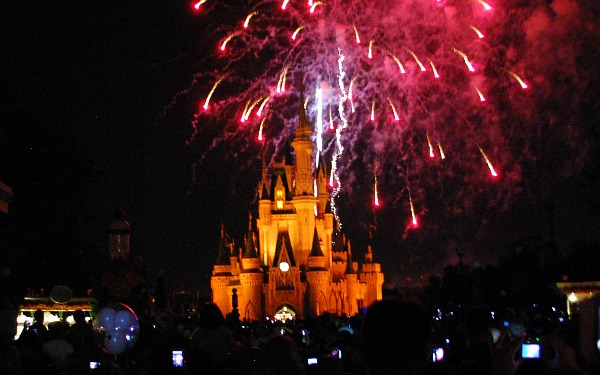 Orlando Magic Kingdom Fireworks (www.free-city-guides.com)