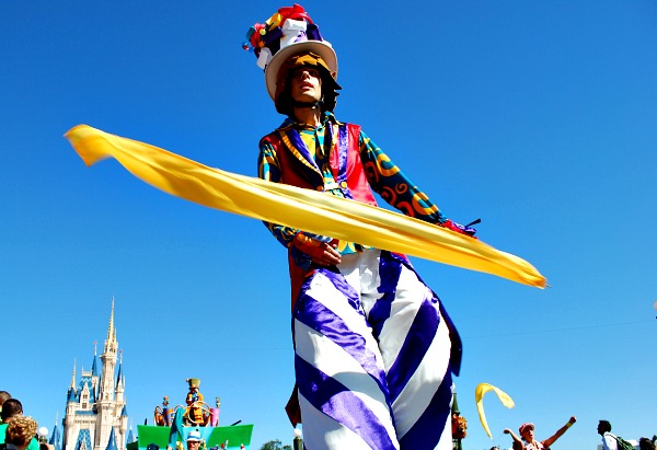 Orlando Magic Kingdom Stilt Walker (www.free-city-guides.com)