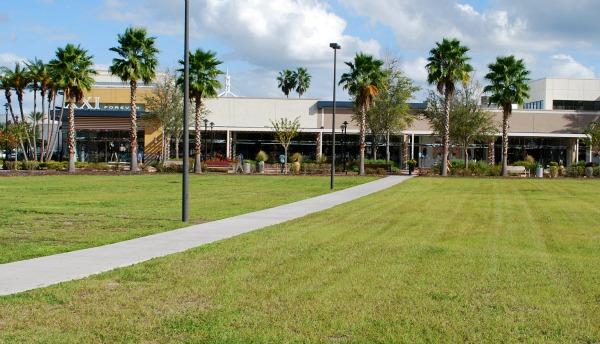 Orlando Florida Mall with grass (www.free-city-guides.com)