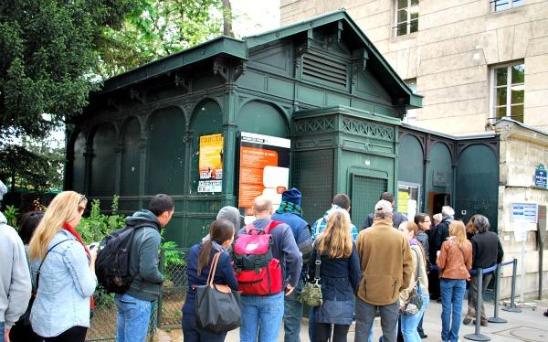 Paris Catacombs Entrance (www.free-city-guides.com)
