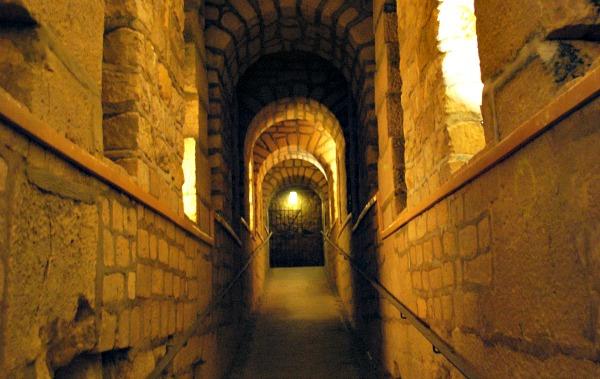 Paris Catacombs walkway (www.free-city-guides.com)