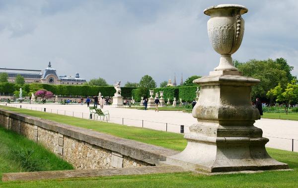 Paris Jardin du Tuileries walkway (www.free-city-guides.com)