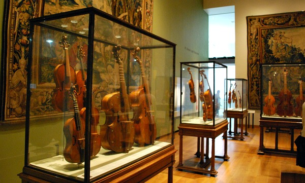 Oxford Ashmolean musical instruments (www.free-city-guides.com)