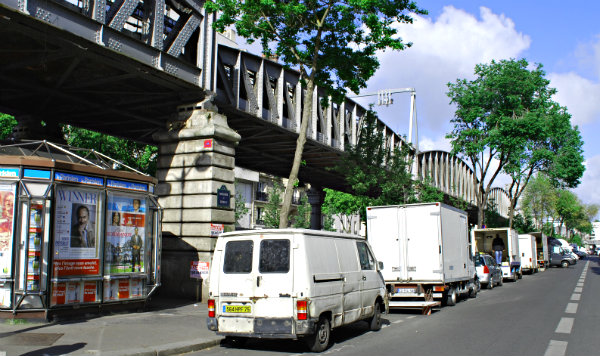Paris Market Vans (www.free-city-guides.com)